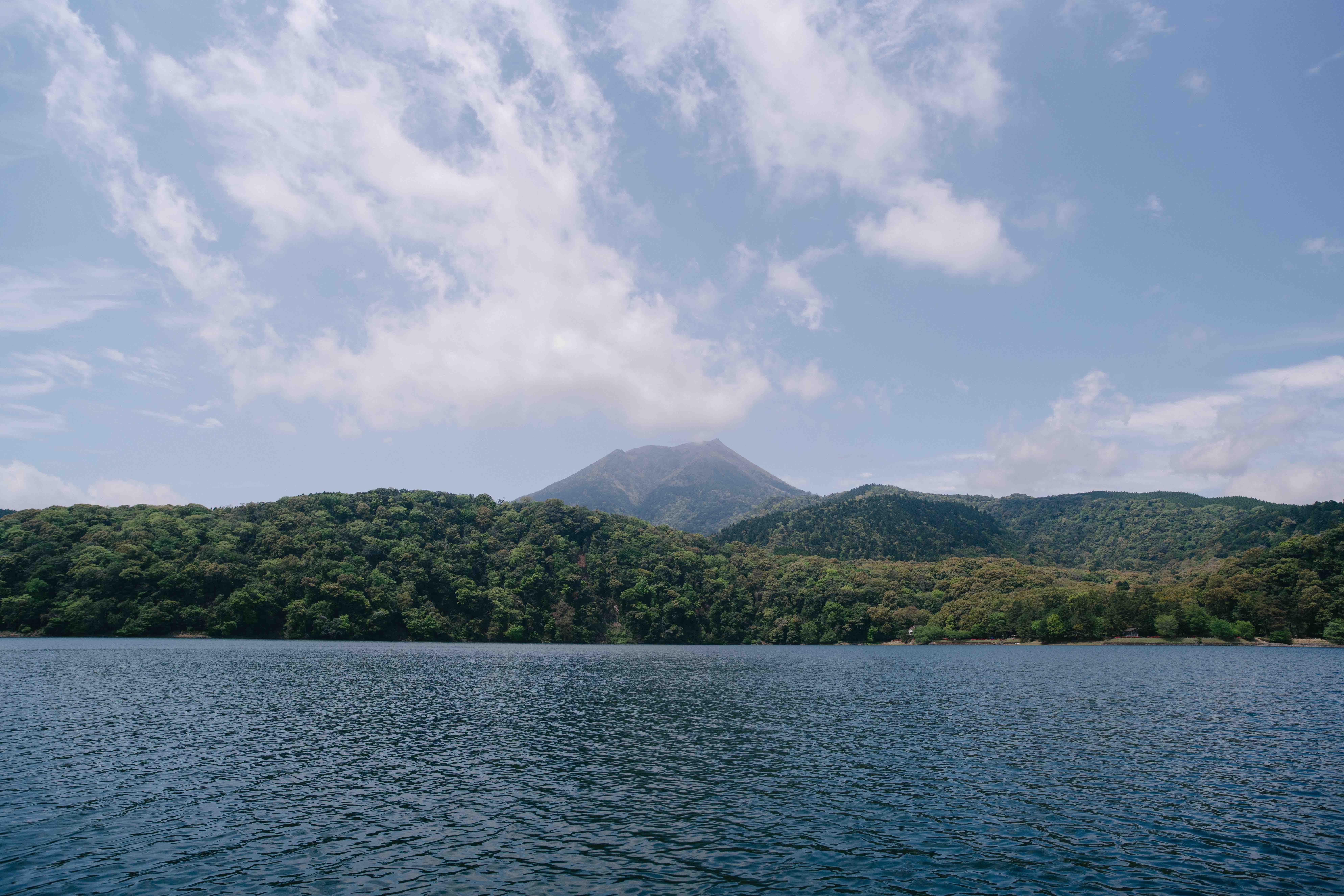 御池から高千穂峰を臨む